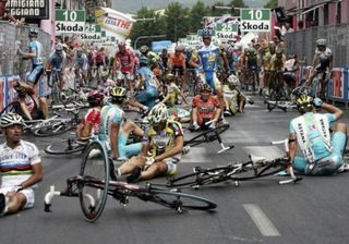 7cycling-crash-in-the-giro-ditalia